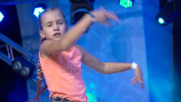 Mädchen tanzen modernen Tanz