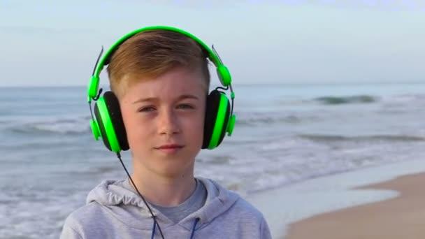 Chlapec s zeleným sluchátka