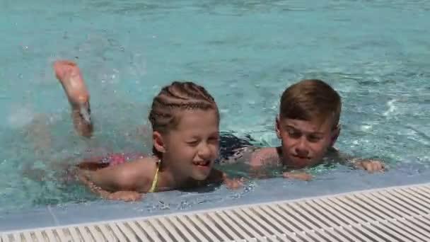 Kleine Kinder im Pool