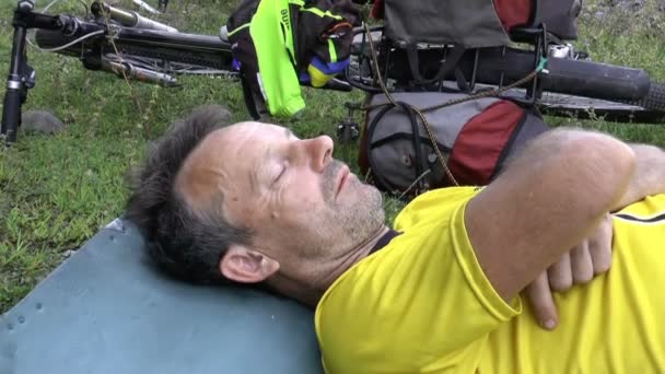 Cyklista odpočívá po konkurenci