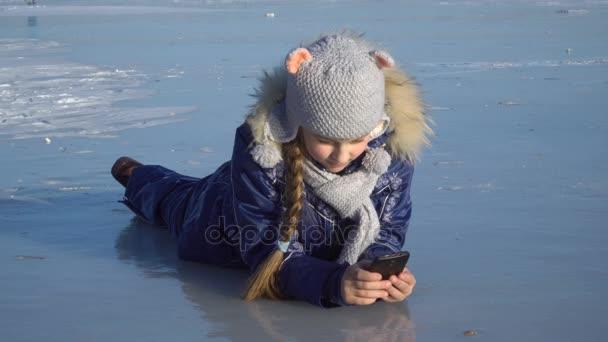 Dívka s telefonem na ledě
