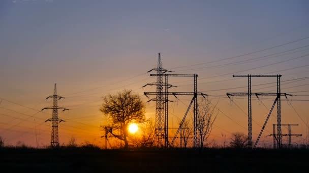 Sonnenuntergang und Stromleitungen