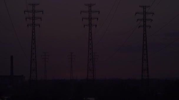 Hochspannungsleitungen bei Sonnenaufgang