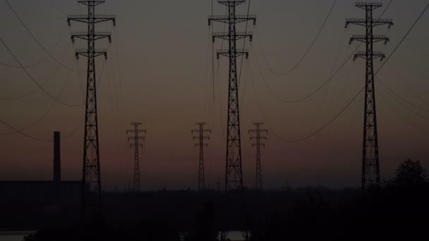 Vysokonapěťové vedení při východu slunce.