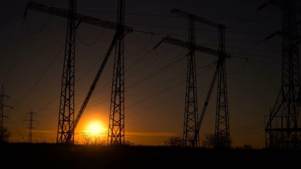 Sonnenaufgang vor dem Hintergrund einer Hochspannungsleitung