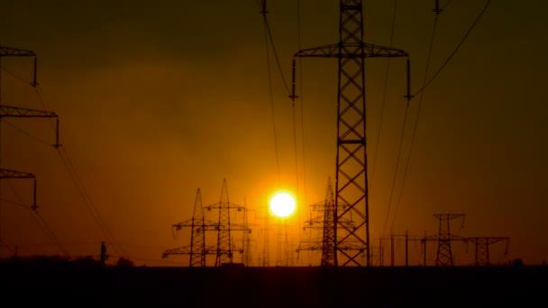 Vysokonapěťové vedení při východu slunce