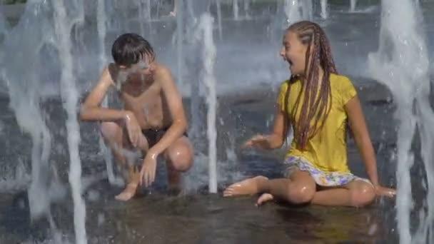 I bambini giocare in una fontana