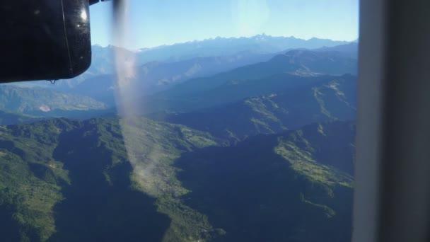 Pohled z okna nízko letícího letadla