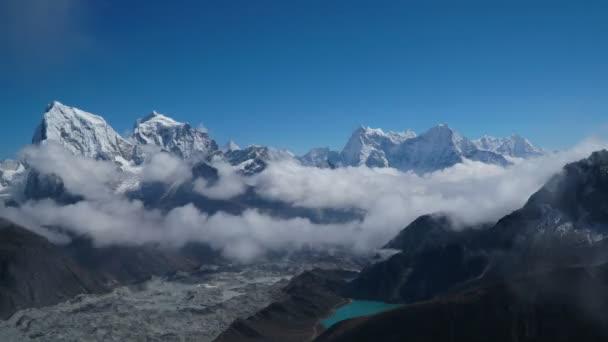 Pohyb mraků nad highland valley v Himalájích
