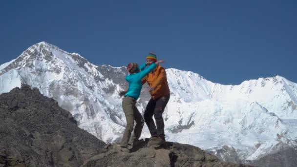 Muž a žena na vrcholu hory