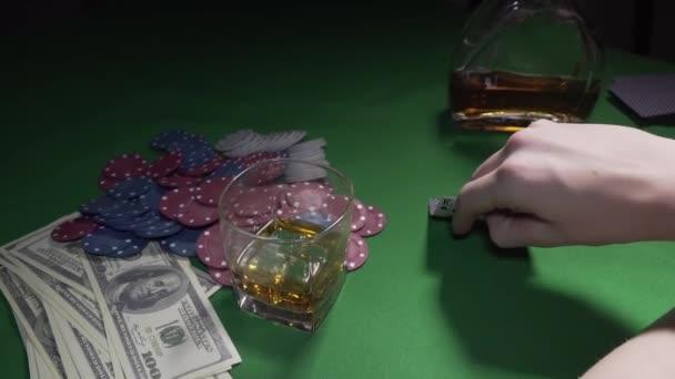 Chlapi hrajou v kasinu.