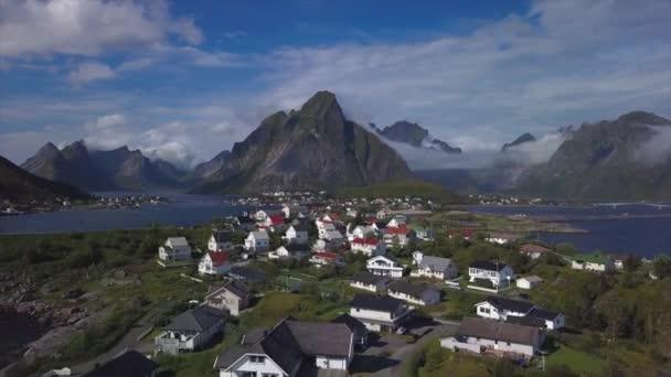 Letecký pohled na Reine na Lofotenských ostrovech v Norsku