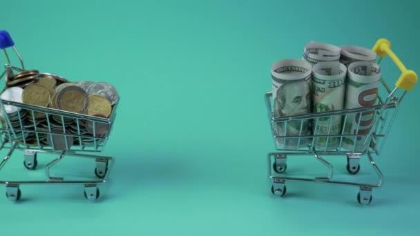 Dolar vozík tlačí s vozíkem s mincemi