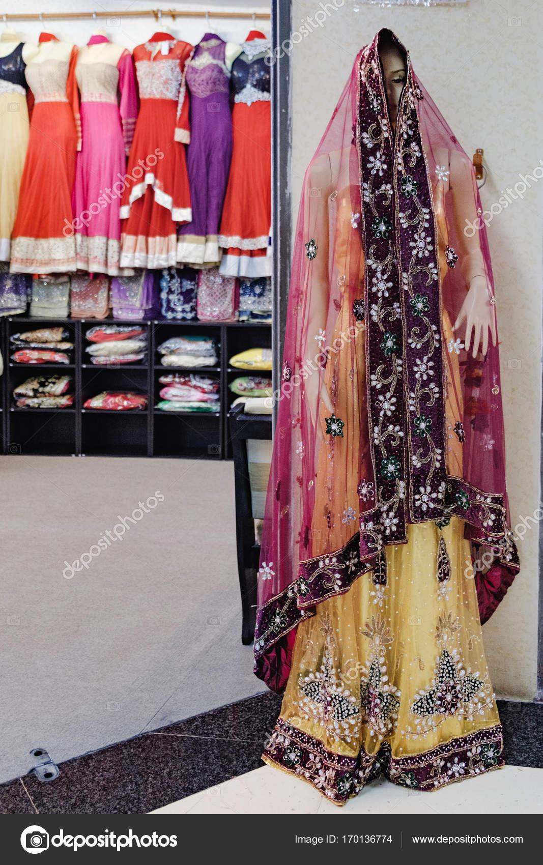 Te Koop Kinderkleding.Traditionele Indiase Kleding Van De Vrouw Te Koop Redactionele