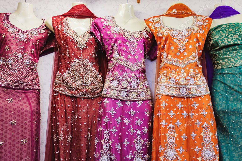 ee5f2bf7d9e3 Παραδοσιακή ινδική Γυναικεία ρούχα προς πώληση — Φωτογραφία Αρχείου ©  sonatali  172755434
