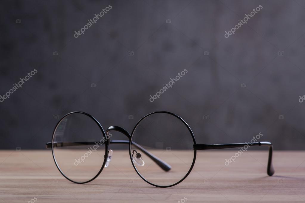 3ddf704937795c Vintage Leesbrillen op de houten ondergrond — Stockfoto ...