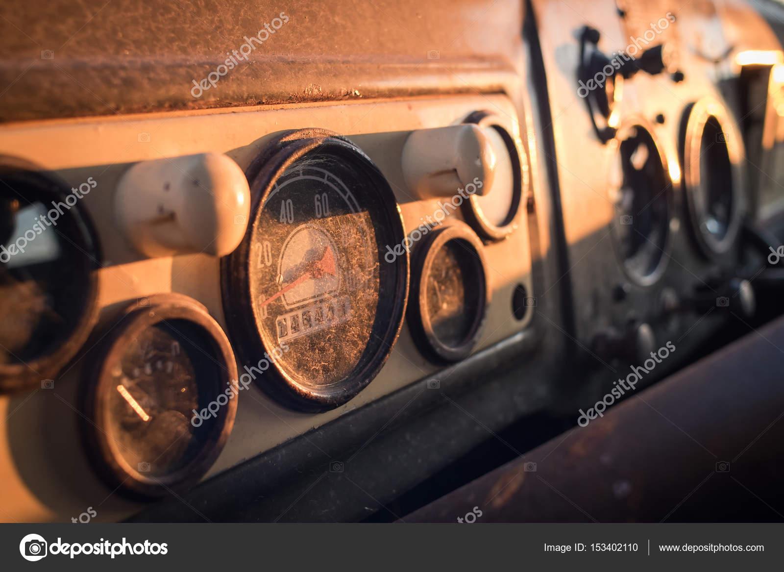 Oude vrachtwagen. Interieur van een Sovjet-vintage vrachtwagen ...