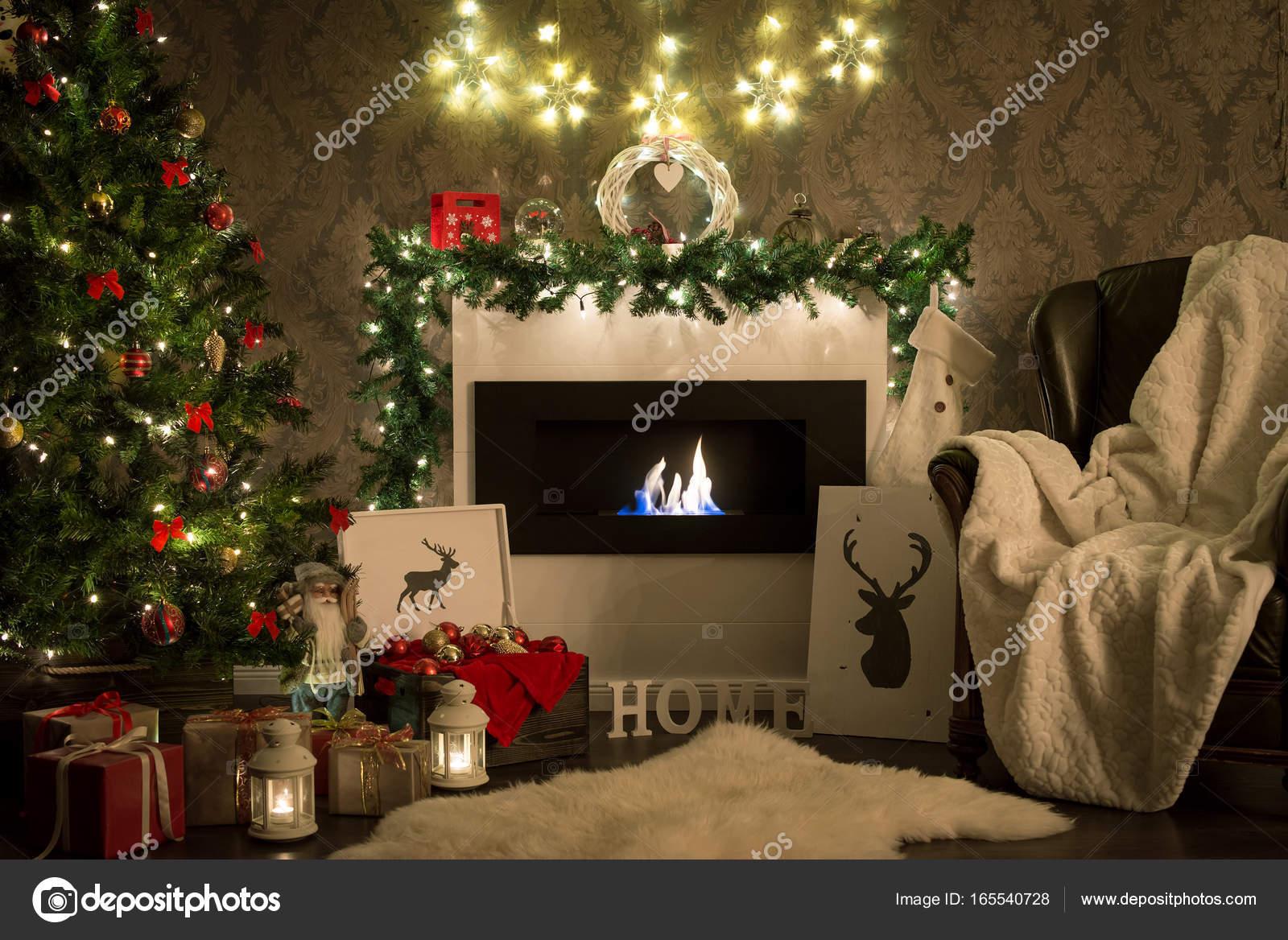 Weihnachten. Esszimmer mit Kamin und Weihnachtsbaum — Stockfoto ...