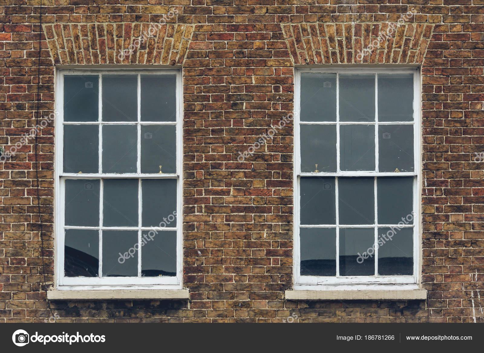 Dos marco ventanas en pared de ladrillo — Foto de stock ...