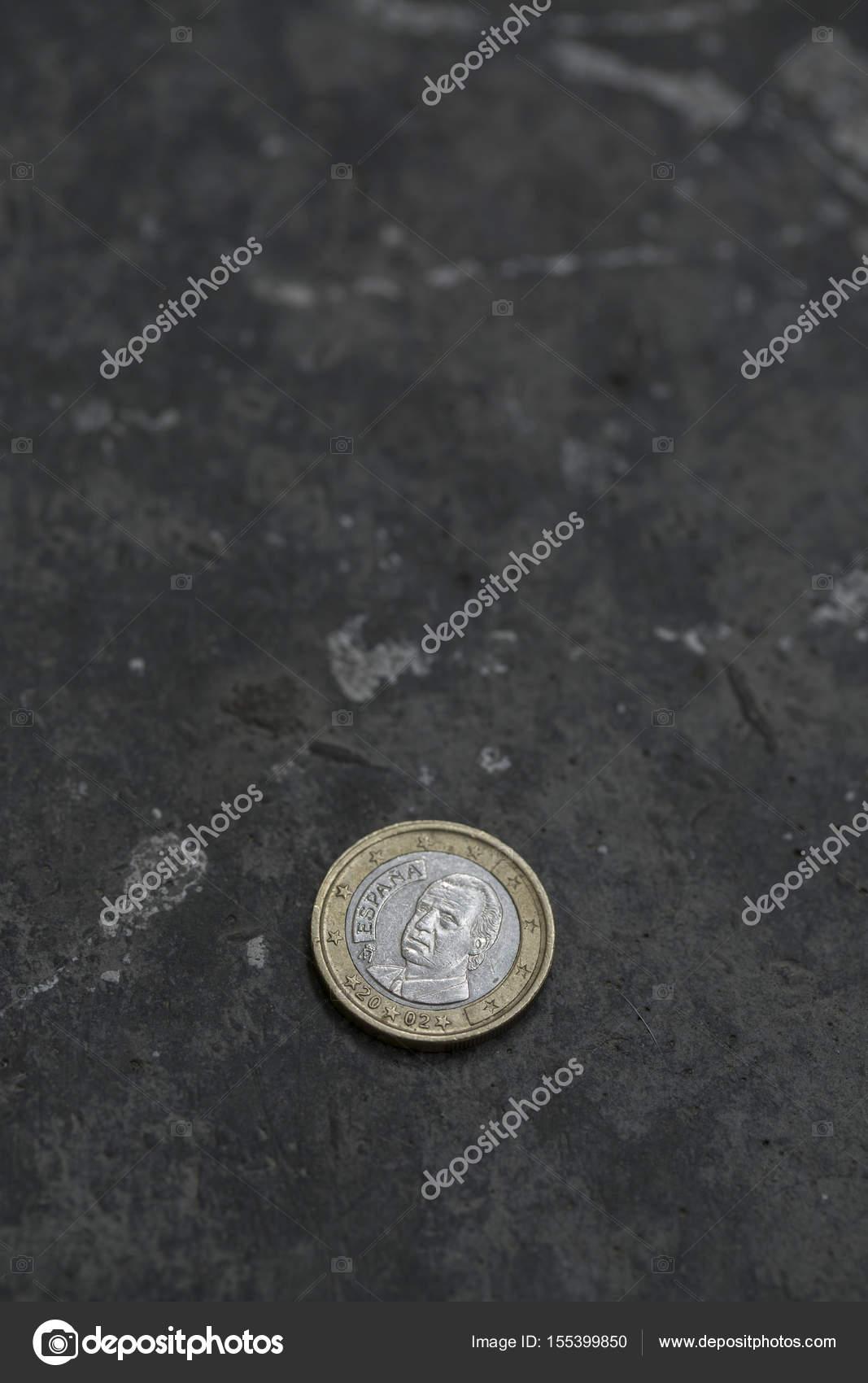 2 Euro Münze Auf Den Boden Stockfoto Zhitkov 155399850