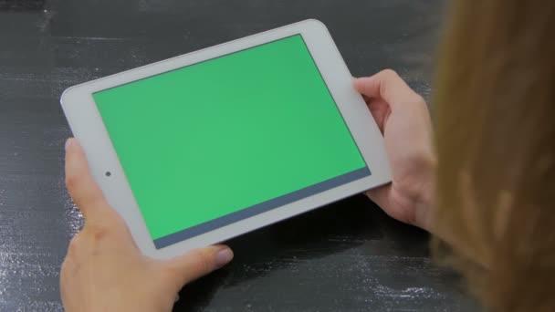 Zöld képernyő táblaszámítógép nézte nő