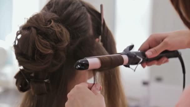 4 výstřely. Profesionální kadeřník dělá účes pro Mladá krásná žena