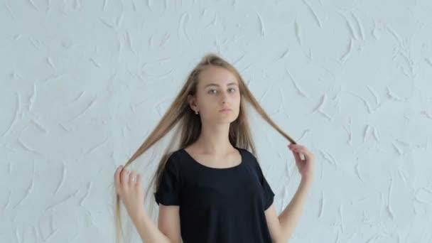 hübsches, junges und sinnliches Teenie-Mädchen mit langen Haaren