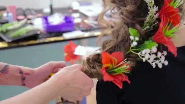 4 lövés. Fodrász, fodrászat, befejező kreatív frizura tini lány, fehér virágok alkotják szoba