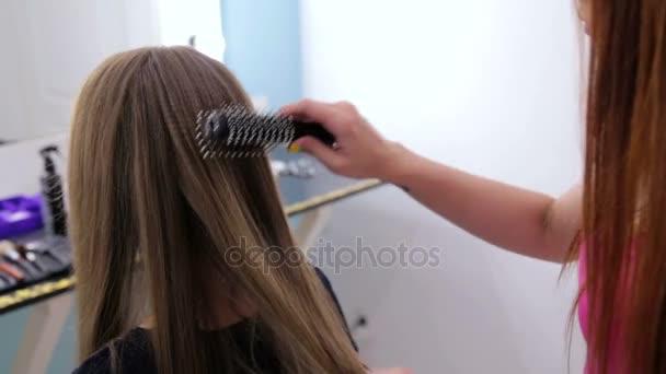 Fiatal nő csinos frizura csinál profi fodrász