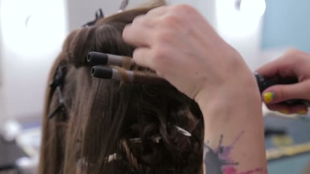 Profesionální kadeřník dělá účes pro pretty dospívající dívka