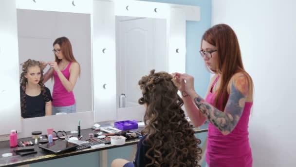 Salon Fryzjerski Wykończenie Fryzury Dla Nastolatki Dziewczyny