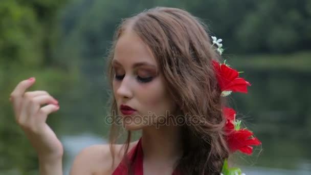 Zpomalený záběr. Portrét tajemná dívka s kreativní make-up