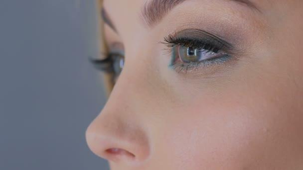 Detailní záběr záběr Zenske oči s profesionální make-up
