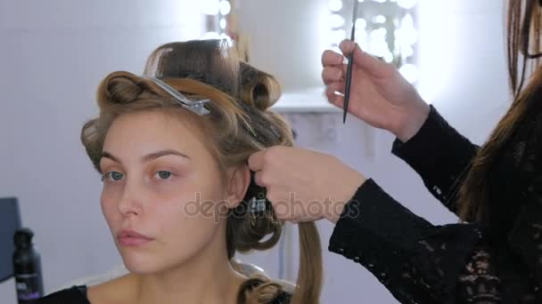 Frizura csinál fiatal csinos nő -, ami fürtök, profi fodrász