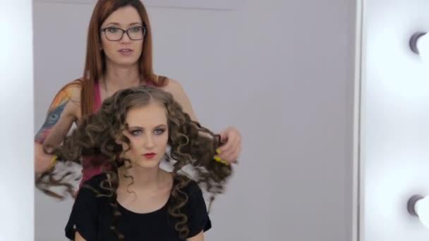 2 Strzały Salon Fryzjerski Wykończenie Fryzury Dla Nastolatki Dziewczyny