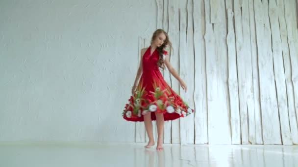 Kreatív smink etnikai piros ruha körül forog a titokzatos lány