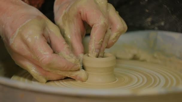 professionelle männliche Töpfer machen Keramik in der Werkstatt