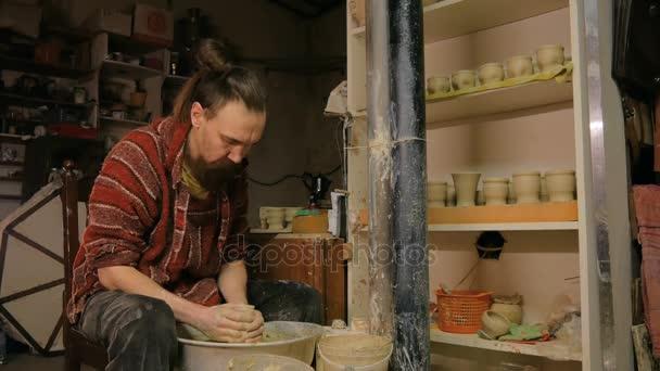 9 Aufnahmen. Professionellen männlichen Potter in Werkstatt