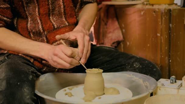Professionelle Töpfer Carving Becher mit Spezialwerkzeug in Keramikwerkstatt