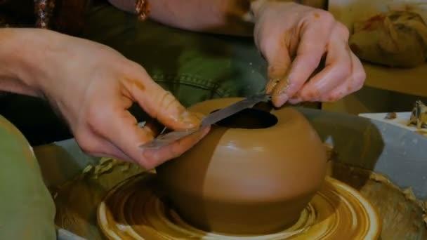 Professionelle Töpfer Gestaltung Schüssel mit Spezialwerkzeug in Keramikwerkstatt