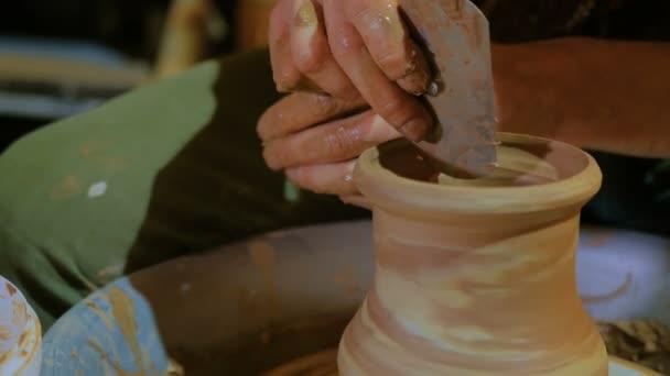 Professionelle Töpfer Gestaltung Vase mit Spezialwerkzeug in Keramikwerkstatt