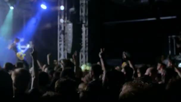 Moskva, Rusko - 5 července 2017: koncert The Dillinger Escape Plan, Volta klubu. Siluety lidí, párty na rockovém koncertě před pódiem