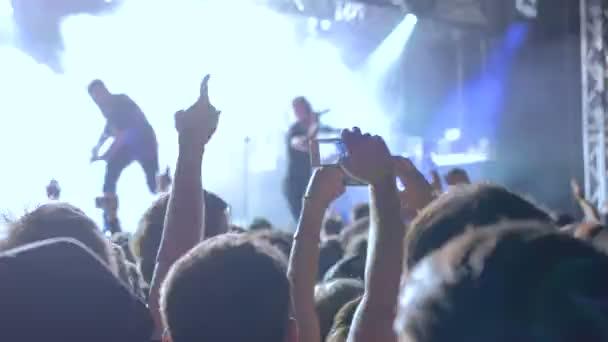 Moskva, Rusko - 5 července 2017: koncert The Dillinger Escape Plan, Volta klubu. Lidé párty před pódiem