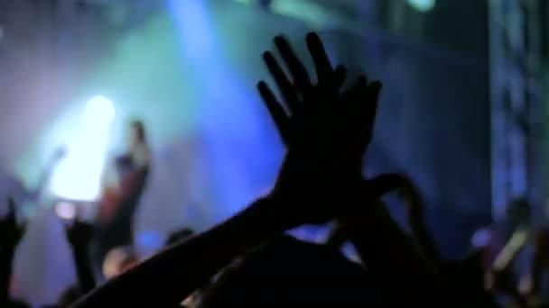 Siluety lidí, párty a tleskat na rockový koncert před jeviště