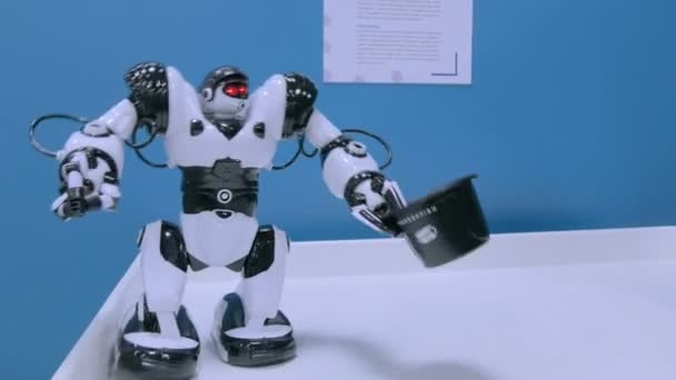 Humanoidní robot drží klobouk a pohybující se ruce na budoucí výstavě