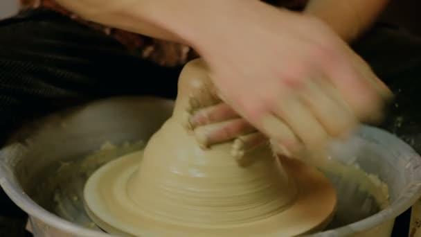 3 Schüsse. Professionellen männlichen Potter in Werkstatt