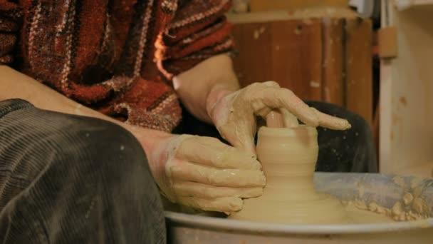 Profesionální mužský potter působící v dílně