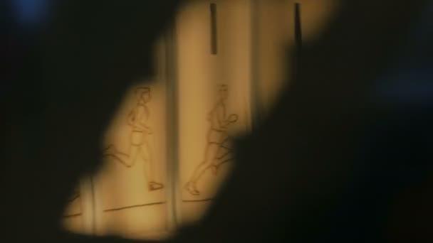 Animaci stroj otáčí, ukazuje kreslený