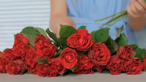 Profesionální květinové umělec, který pracuje ve studiu s květinami