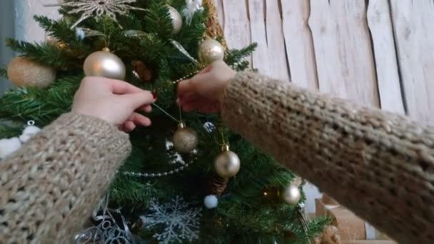 Žena, zdobení vánočního stromu s hračkami